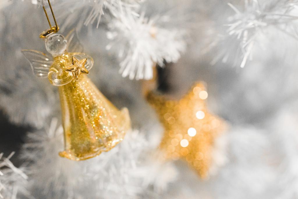 kaboompics.com_Little Angel holding a Gold Star _ Christmas Tree Decoration
